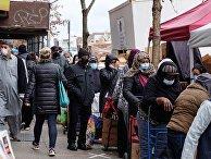 Очередь возле пункта бесплатной раздачи еды в День благодарения в Бруклине