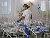Медсестра в клинике для суррогатных детей в Киеве