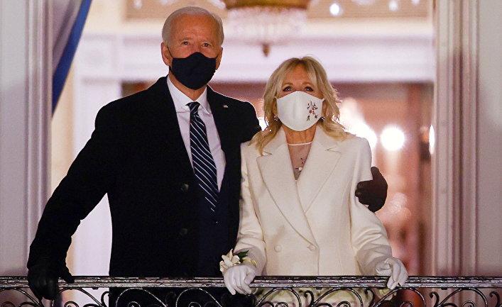 Джо и Джилл Байдены любуются фейерверком с балкона Белого дома после церемонии инаугурации