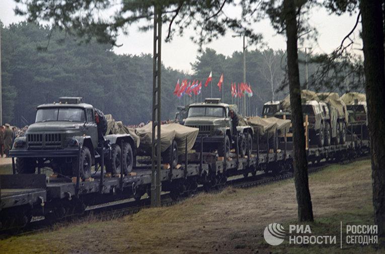Вывод советских войск с территории Польши. Эшелон советской ракетной бригады на станции Борне-Сулиново