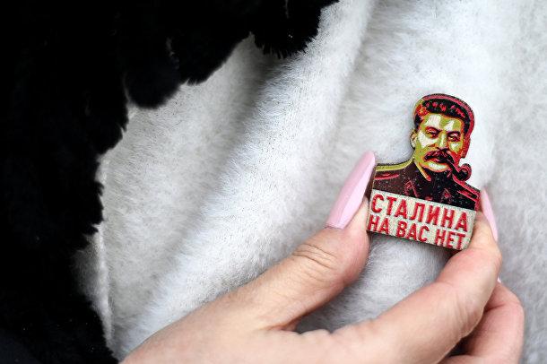 Значок с изображением Иосифа Сталина на одежде участника мероприятий по случаю годовщины смерти Ленина в Москва