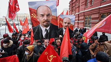 Сторонники Коммунистической партии России на пути к мавзолею Ленина