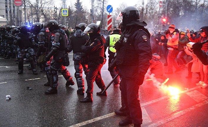 Сотрудники правоохранительных органов во время несанкционированной акции сторонников Алексея Навального в Москве