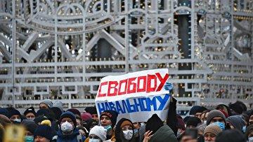 Участники несанкционированной акции сторонников Алексея Навального на Пушкинской площади в Москве