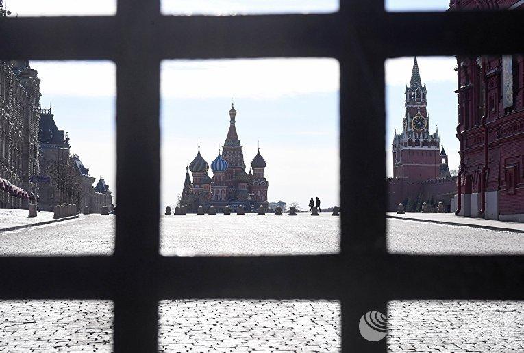 Решетка Воскресенских ворот закрыта во время режима самоизоляции из-за коронавируса