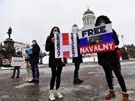 Участники акции в поддержку Алексея Навального в Хельсинки