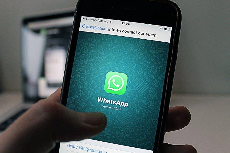 Приложение WhatsApp на экране смартфона