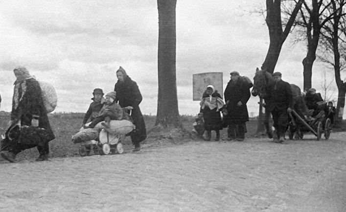 Немецкие беженцы идут по дорогам Восточной Пруссии.