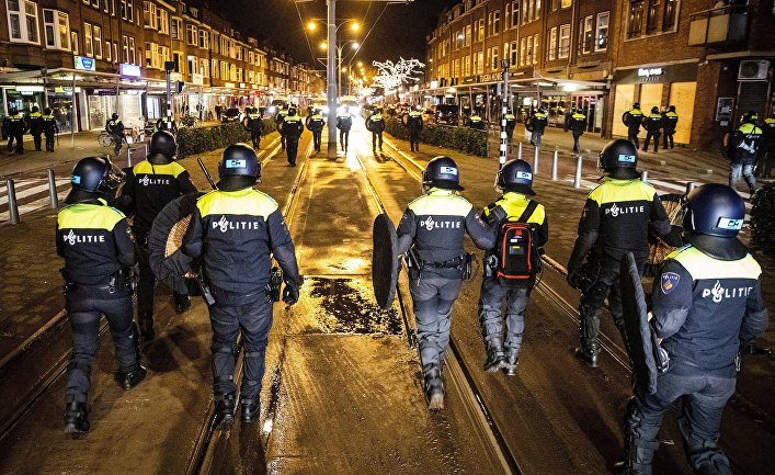 Голландские полицейские патрулируют улицы Роттердама