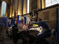 Вакцинация препаратом Pfizer в соборе Солсбери, Великобритания