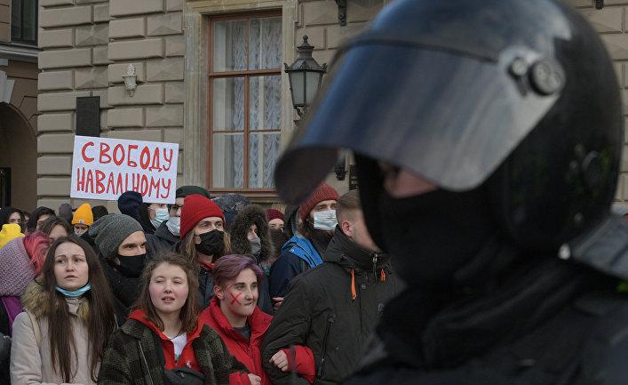 Участники несанкционированной акции сторонников Алексея Навального у здания Законодательного Собрания в Санкт-Петербурге