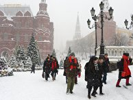 Прохожие во время снегопада на Манежной площади в Москве. 4 февраля 2018