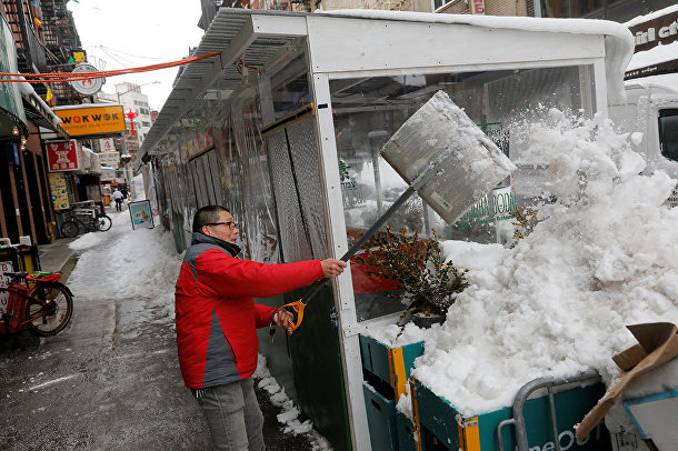 Уборка снега в китайском квартале Нью-Йорка