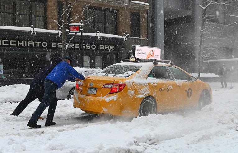 Такси, застрявшее во время снежной бури в Нью-Йорке