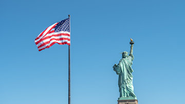 Статуя Свободы в Нью-Йорке и флаг США