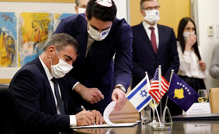 Министр иностранных дел Израиля Габи Ашкенази подписывает соглашение об установлении дипломатических отношений между Израилем и Косово