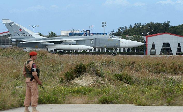 Российский самолет Су-24 на взлетно-посадочной полосе на авиабазе «Хмеймим» в Сирии