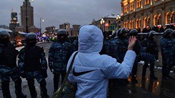 На Комсомольской площади во время несанкционированной акции сторонников Алексея Навального в Москве