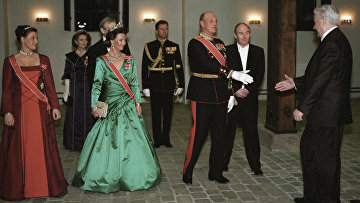 Король Норвегии Харальд V приветствует президента РФ Бориса Ельцина во время официального обеда в честь Б. Ельцина и его супруги
