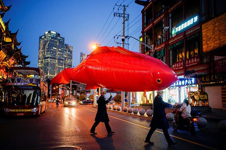 Гигантский воздушный шар в форме рыбы во время празднования китайского лунного Нового года в Шанхае