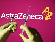 Шприц и ампула на фоне логотипа AstraZeneca