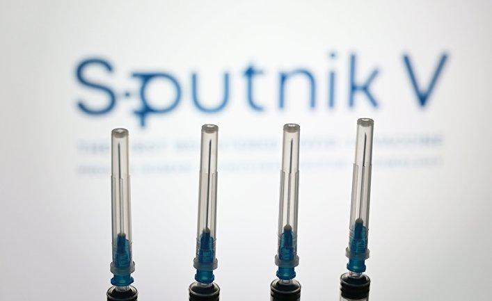 """Шприцы на фоне логотипа """"Спутник V"""""""