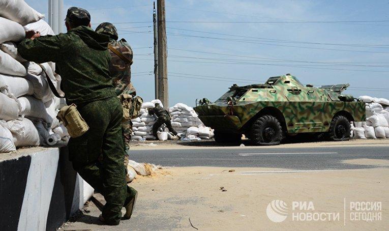 Бойцы народного ополчения Донбасса на блокпосту возле села Пески