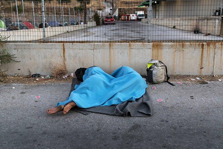 Мигранты спят на улице