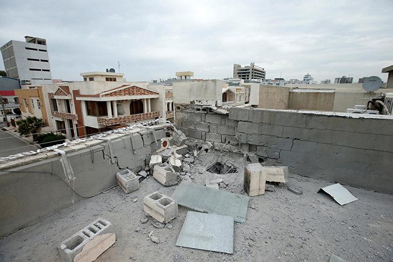 Крыша, поврежденная после обстрела в Эрбиле