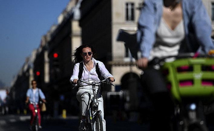 Велосипедисты на улице Риволи в Париже