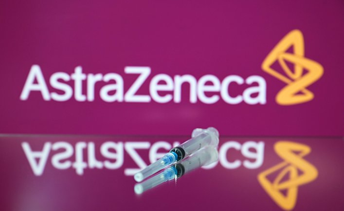 Шприц на фоне логотипа AstraZeneca