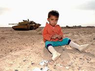 Иракский ребенок и британский танк на заднем плане недалеко от Басры
