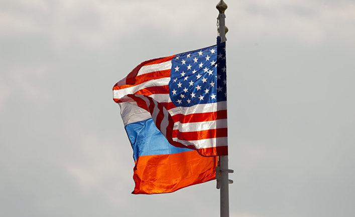 Флаги Америки и России в московском аэропорту Внуково