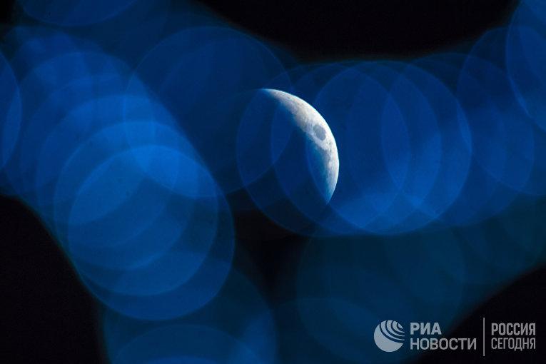 Луна во время затмения над Сочи
