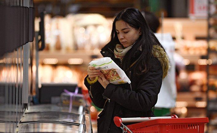 Покупательница в отделе замороженной продукции