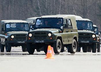 Военные водители на автомобилях УАЗ