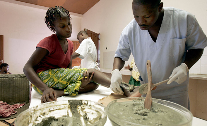 Пациенты в центре борьбы с язвой Бурули в Ангре, Кот-д'Ивуар