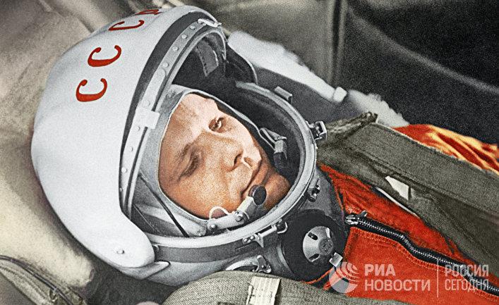 Летчик-космонавт Юрий Гагарин в кабине космического корабля «Восток»