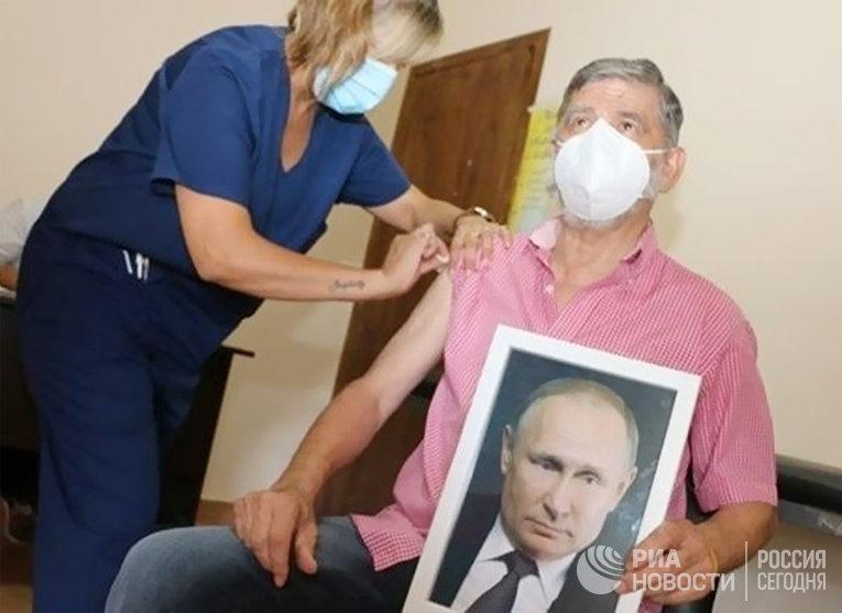 Мэр аргентинского города Роке Перес Х. К. Гаспарини вакцинировался от коронавируса с портретом В. Путина в руках