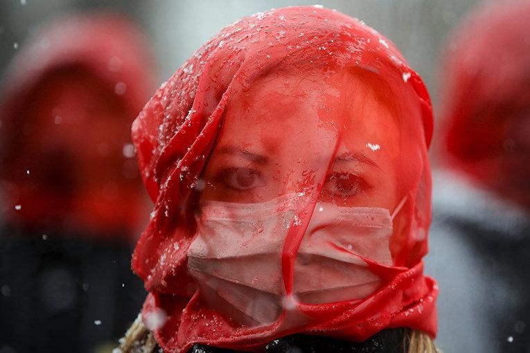 Участница акции протеста против домашнего насилия в Бухаресте