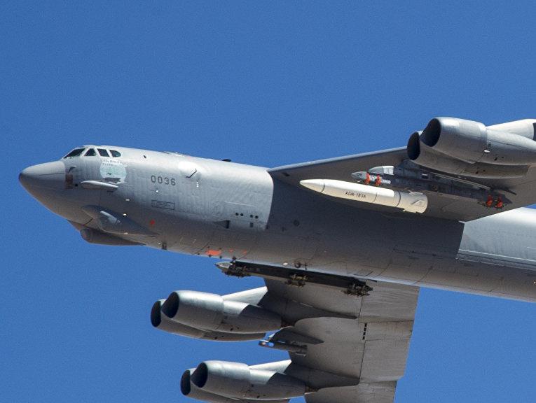 Прототип гиперзвуковой ракеты AGM-183A на борту самолета ВВС США B-52