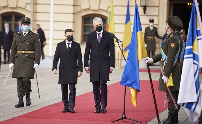 Президент Украины Владимир Зеленский и президент Литвы Гитанас Науседа во время церемонии в Киеве