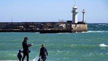 Люди на набережной Ялты в Крыму