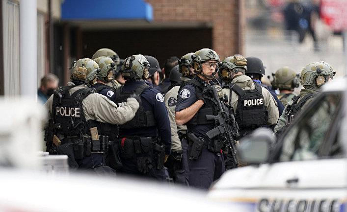 Сотрудники полиции на месте стрельбы у супермаркета в Боулдере, штат Колорадо