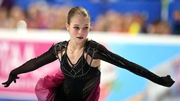 Александра Трусова выступает с произвольной программой в женском одиночном катании на чемпионате России по фигурному катанию в Челябинске
