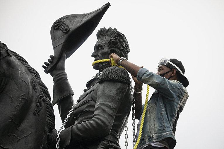 Протестующие пытаются снести статую Эндрю Джексона возле Белого дома в Вашингтоне