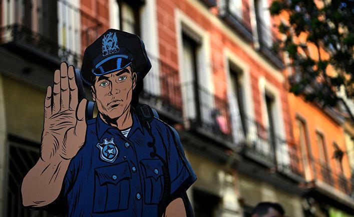 Изображение полицейского на одной из улиц Мадрида, Испания