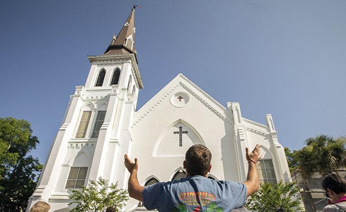 Верующие у церкви в Чарльстоне, штат Южная Каролина