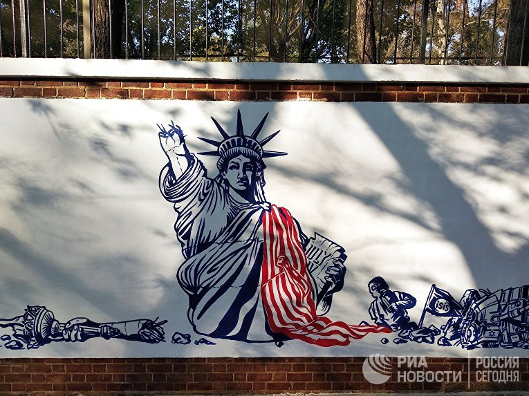 Граффити перед бывшим посольством США в Тегеране