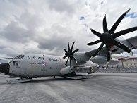 Военно-транспортный самолёт Lockheed C-130 Hercules, оборудованный лыжными шасси, в аэропорту Ле-Бурже